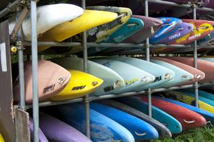 2 色とりどりのカヌーに心が躍る